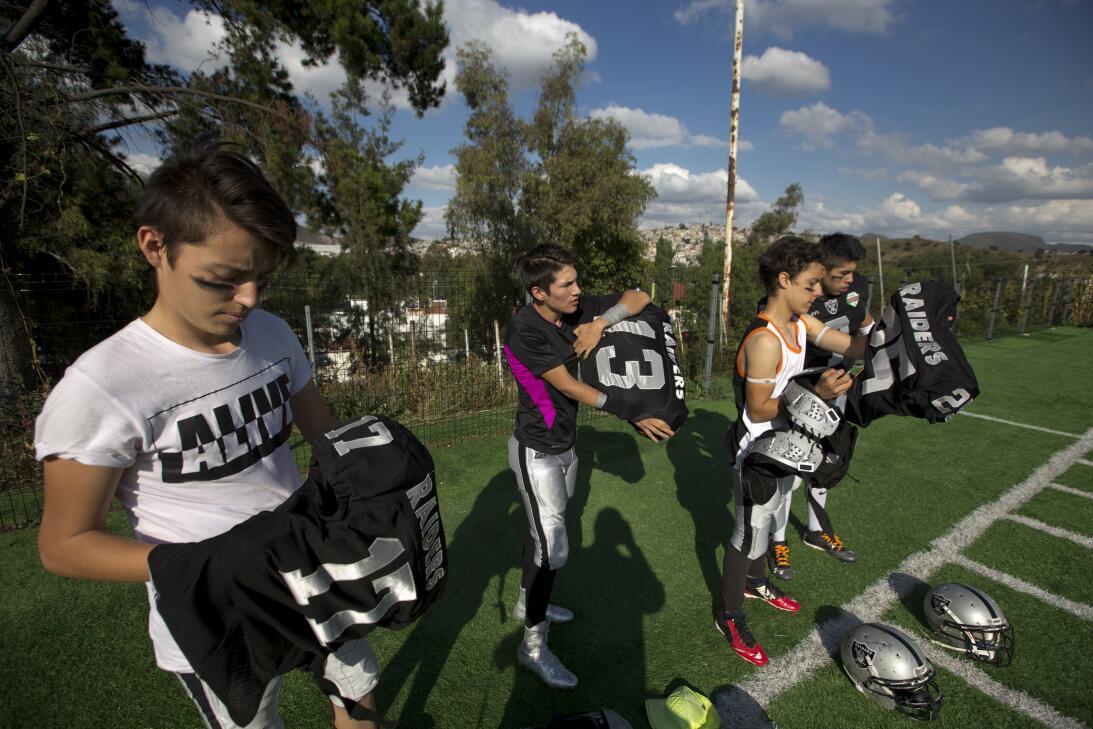 La NFL en México: diversión para fanáticos y para leyendas AP_1632061378...