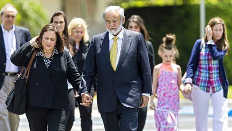 Dr. Salomón Melgen toma la mano de su esposa Flor al llegar junto...
