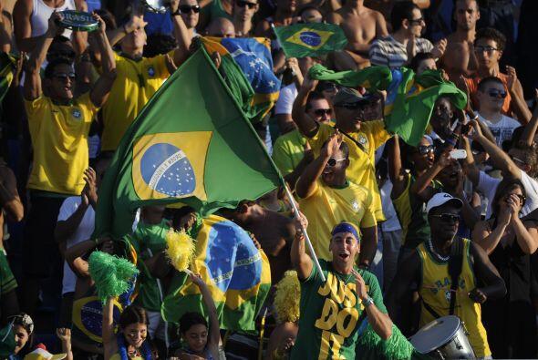 A propósito, estos hinchas son del otro Brasil, el del Mundial de Playa...