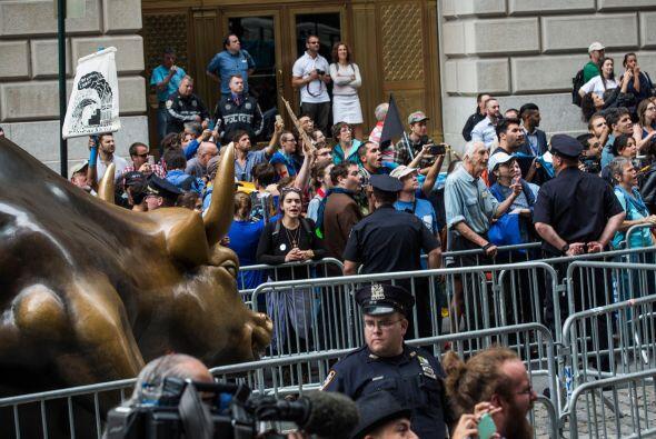 Al llegar a la sede de la Bolsa, los manifestantes rodearon el emblemáti...