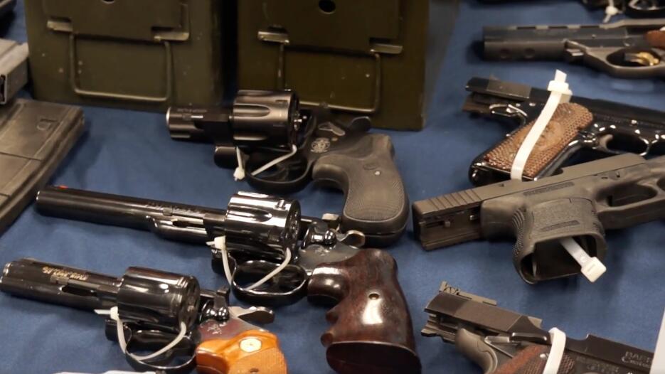 En el lugar, también encontraron 25 pistolas y contenedores de estilo mi...