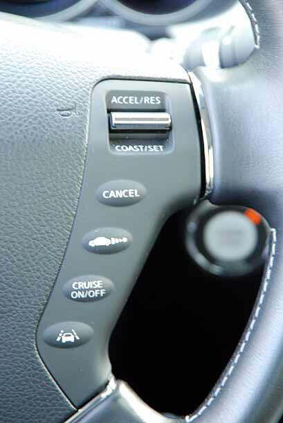 Cuenta con funciones de seguridad como radar con detección de vehículos...