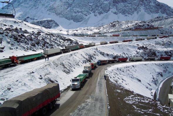 El tránsito de camiones de carga en la carretera entre Santiago d...
