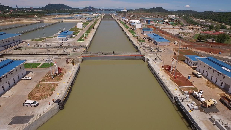 El Canal de Panamá inauguró el 26 de junio un tercer juego de esclusas p...