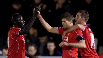 Steven Gerrard anotó un doblete para que el Liverpool avanzara a la sigu...
