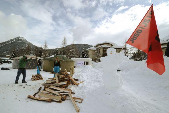 Los organizadores del movimiento de protesta construyeron un iglú en el...
