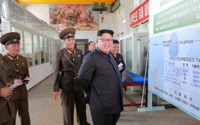 Kim Jong Un en su visita al Instituto de Materiales Químicos de C...