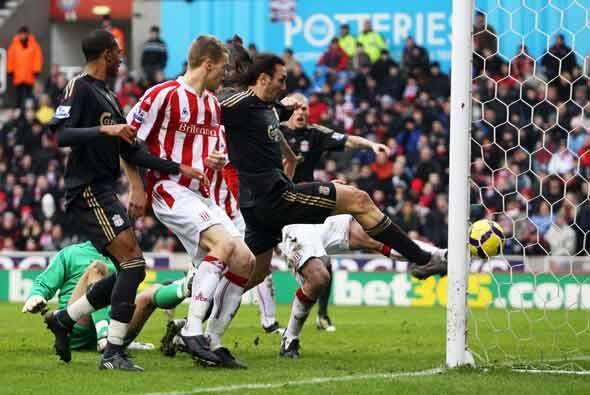 Comenzaron bien las cosas para los 'Reds' (de negro) con este gol de Sot...