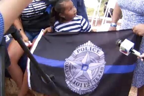 Esta pequeña conmovió a todos en homenaje a policías caídos en emboscada...