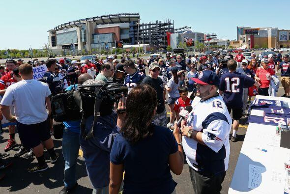 Un grupo de seguidores del quuarterback de los New England Patriots, Tom...