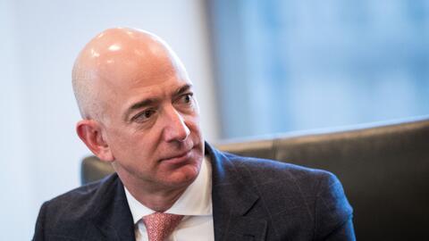 El fundador de Amazon, Jeff Bezos, durante la visita de los líder...