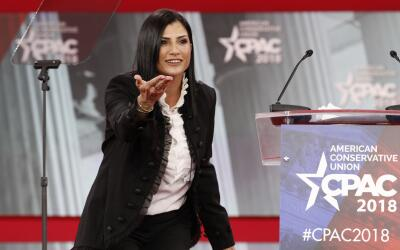 Dana Loesch, vocera de la Asociación Nacional del Rifle, saluda a...