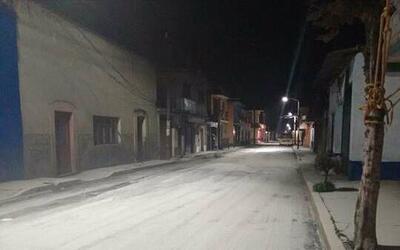 Ceniza expulsada por el volcán Popocatépetl durante la mad...