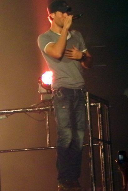 Enrique salió a cantar con gran sensualidad.