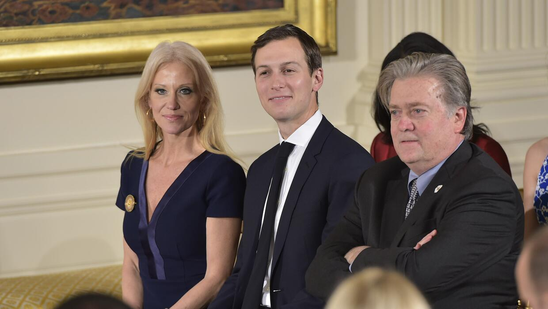 De izquierda a derecha, la consejera del presidente, Kellyanne Conway; e...