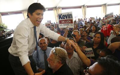 De León saluda a sus simpatizantes en Los Ángeles en el mi...