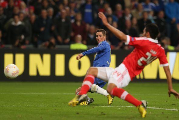 El delantero español se quitó a un defensa y después también eludió al p...