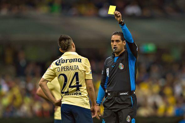 El atacante azulcrema Oribe Peralta recibió el cartón preventivo debido...
