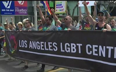 El desfile número 47 del Orgullo Gay en Los Ángeles protesta contra Dona...