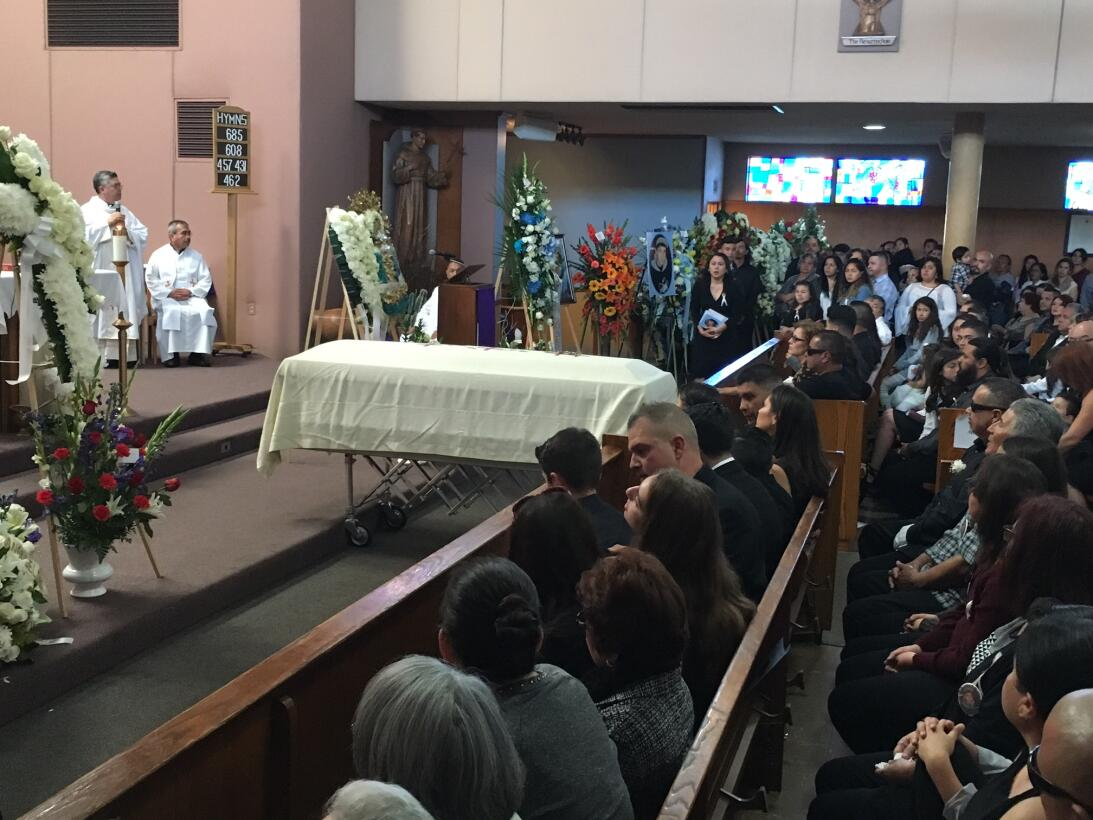 Elías fue sepultado en el cementerio San Fernando Mission.
