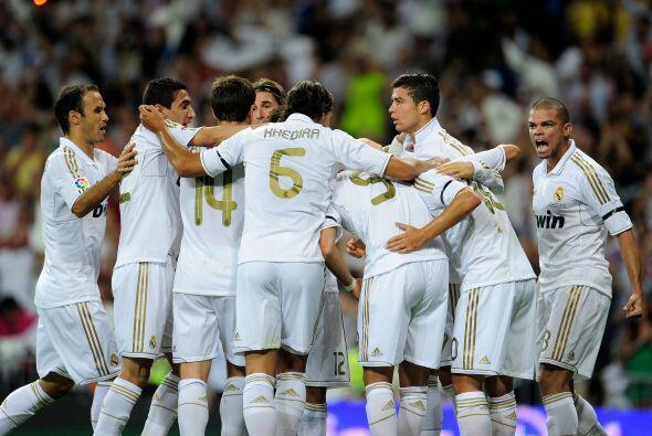 Todos sus compañeros corrieron a felicitar al seleccionado español.