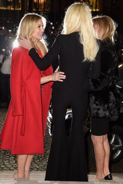 Al principio llegó muy bien tapadita, directamente a saludar a Donatella.