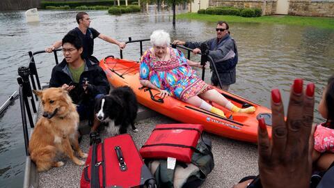 Algunas personas son rescatadas de sus hogares en Dickinson, Texas.