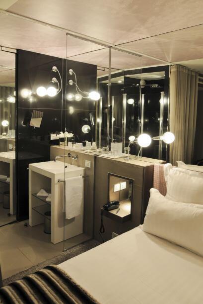 Utiliza espejos. Los espejos añaden profundidad y dimensión a un dormito...