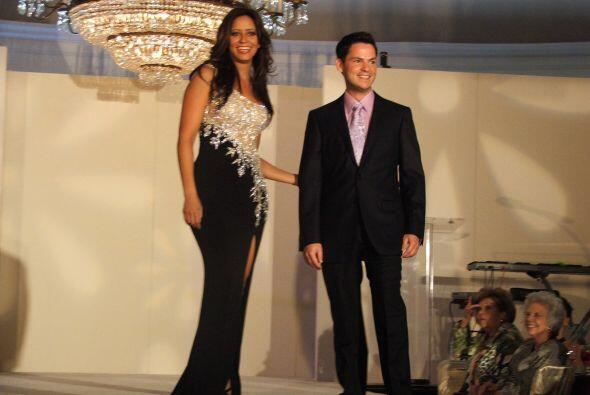 Mientras que Adriana sorprendió con un vestido largo con bordados en la...