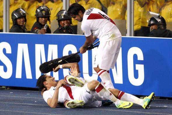 Paolo Guerrero anotó 'doblete' ante Paraguay y Vargas le hizo una entrev...