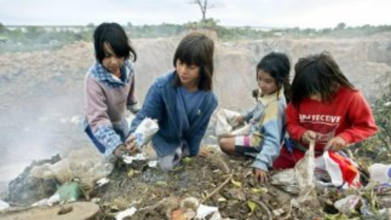 Las familias que viven alrededor del basurero están expuestas por los de...