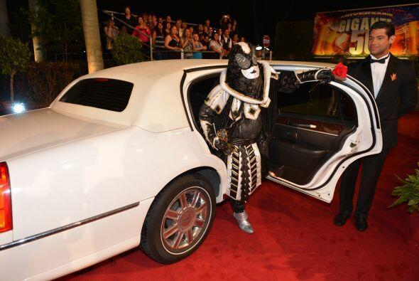 El Chacal llegó de gala a la fiesta por los 50 años.