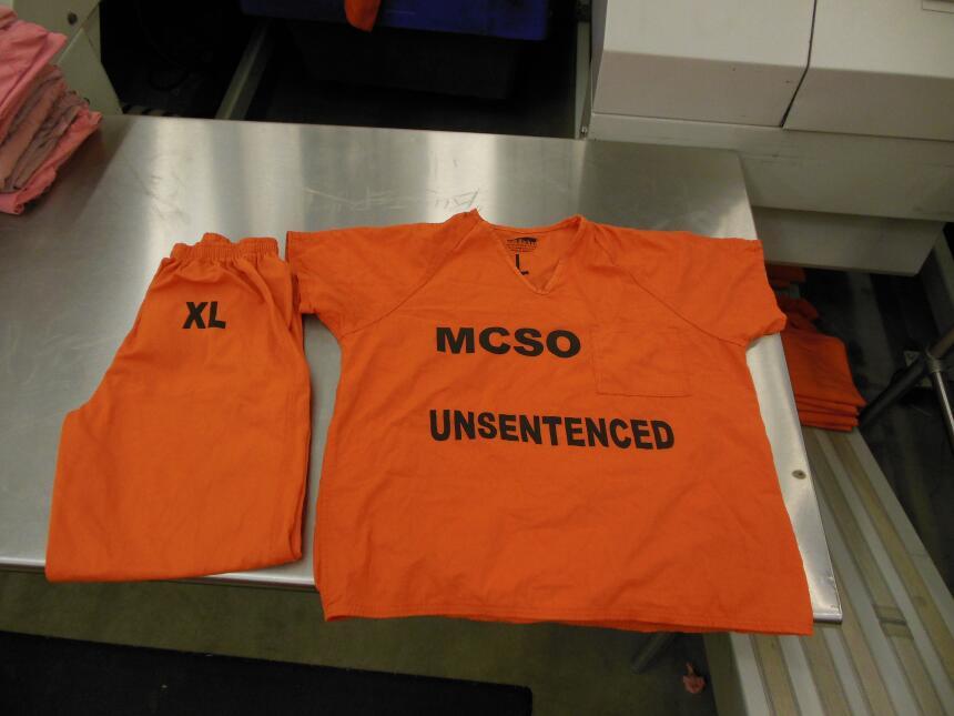 Los nuevos uniformes de los reclusos del sheriff del condado Maricopa sh...