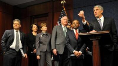 Senadores demócratas anunciaron que trabajarán para abolir la ley que ex...