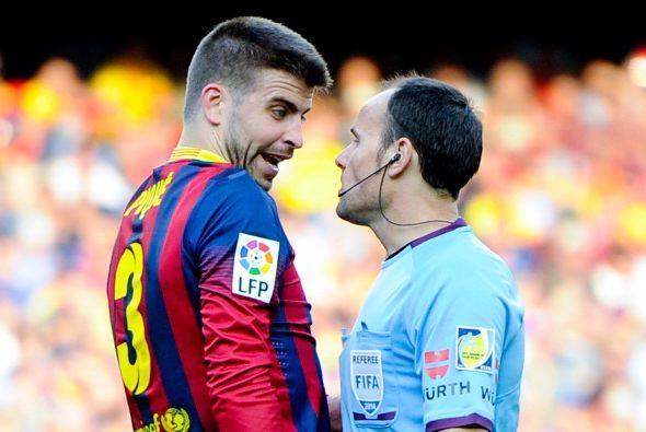 Piqué tuvo sus más y sus menos con el árbitro y se llevó una amarilla.