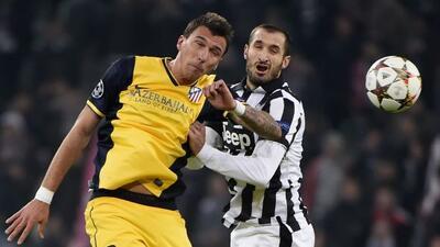 Mandzukic y Chiellini pelean el esférico en el duelo entre italianos y e...