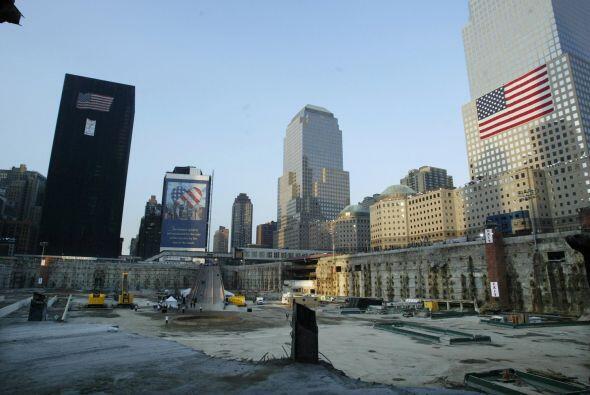 El sitio del World Trade Center luce vacío, a la espera de las ceremonia...