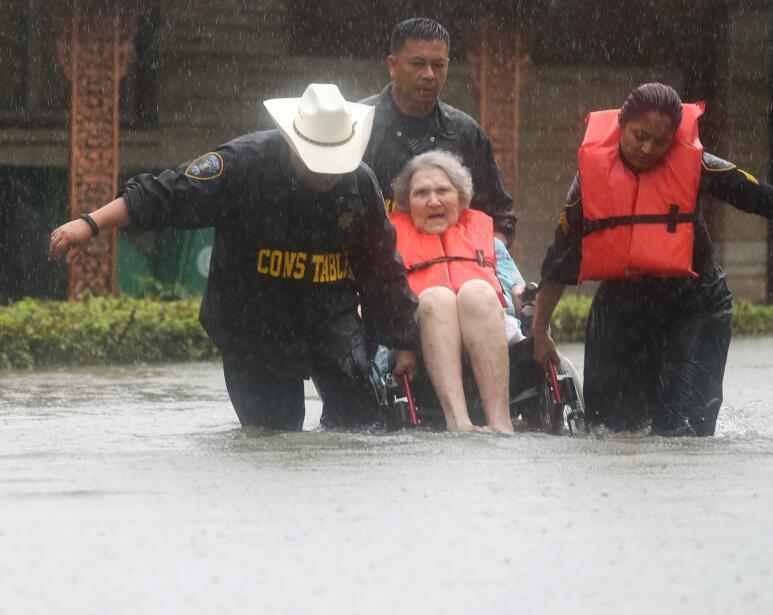 Autoridades rescatan a una mujer de las aguas, cerca de Brays Bayou, Hou...