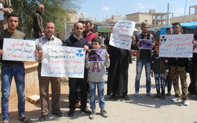 Protestas de habitantes sirios que condenan el ataque químico de...