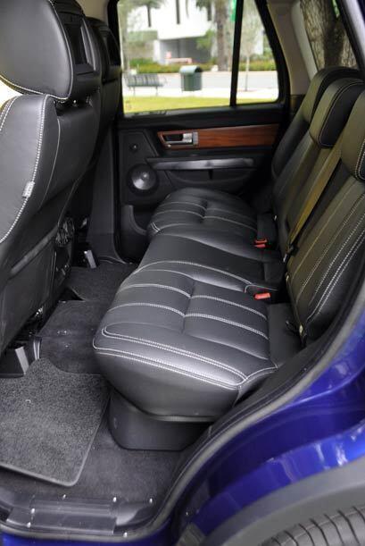 Los asientos traseros tienen el espacio suficiente para llevar a tres pa...