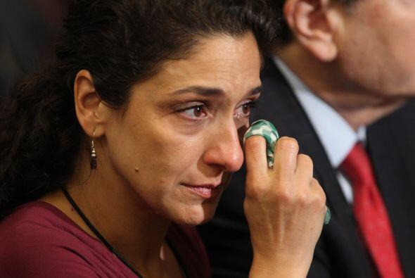 Anthoula Katsimatides limpia sus lágrimas mientras los mús...