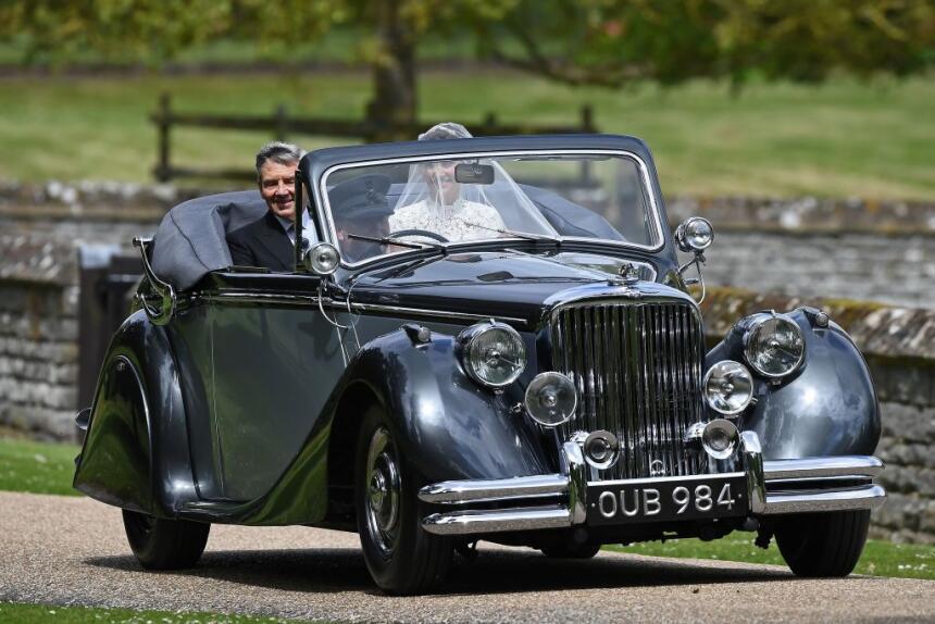La novia prefirió llegar a la iglesia en un coche clásico, un Jaguar mod...