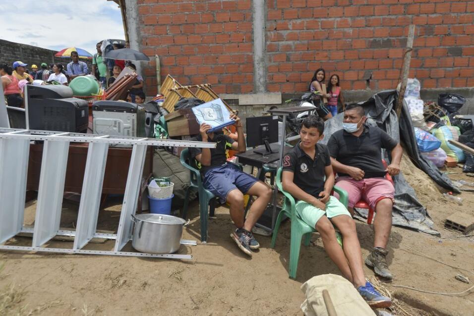 Familias en la región afectada por las inundaciones al sur de Colombia,...