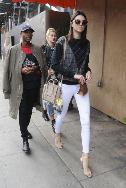 Vestir unos 'skinny jeans' color blanco, combinar bolso y zapatos, ¡y un...