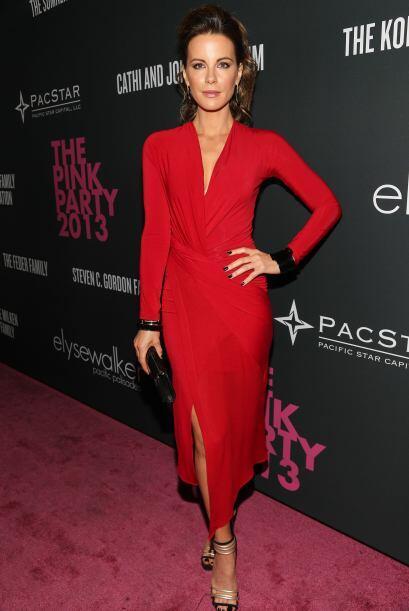 Kate Beckinsale no vistió de rosa, pero sí llamó la atención con el rojo...