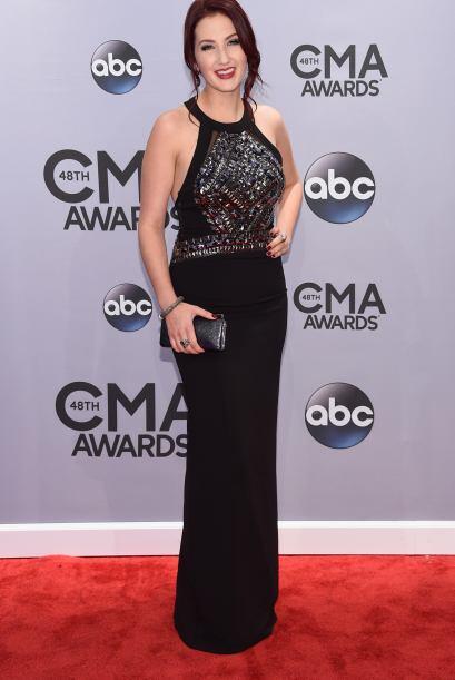 Katie Armiger también lució el negro, pero su vestido tuvo un plus graci...
