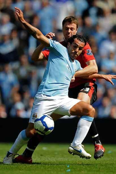Carlos Tévez, quien disputa el título a mejor jugador de la Liga Premier...