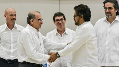 Apretón de manos de De La Calle y Márquez.