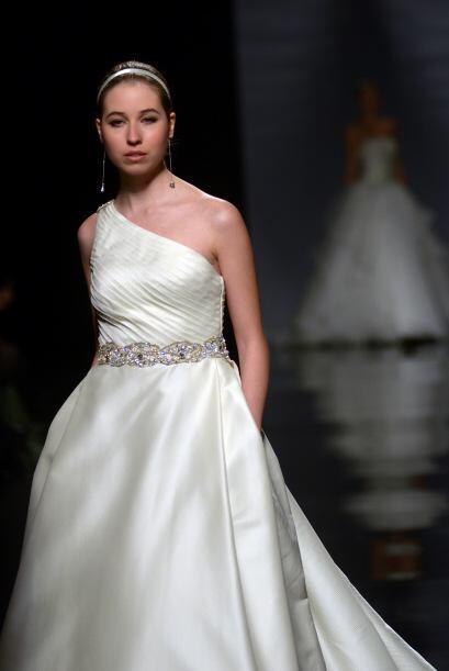 CAIRO: Es un vestido de piqué de seda en color natural con cinturón de p...