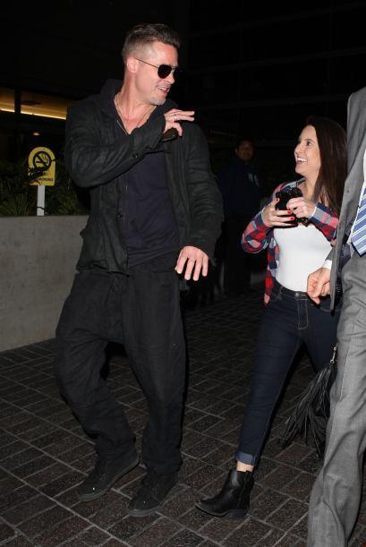 ¿Qué le estará diciendo Brad Pitt a esta fanática? Mira aquí los videos...